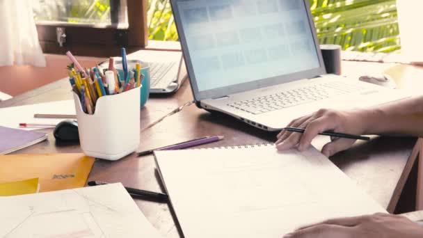 Kreativní design muži rozvíjet myšlenky a hledět laptop