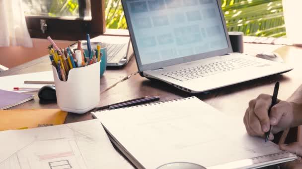 Kreative Gestalter entwickeln Ideen und suchen Laptop
