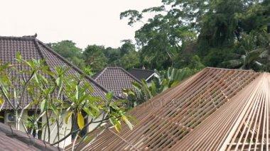 Tradiční architektonický prvek balinéskou domků je střecha dlaždice. Bali, Indonésie