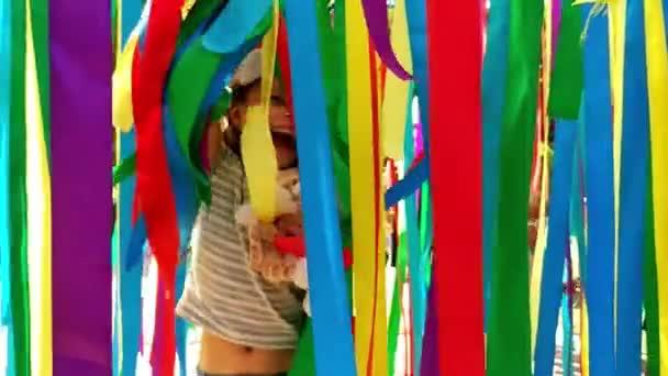 Ragazza di buon compleanno con palloncini colorati e caduto coriandoli divertirsi a festa. Concetto di celebrazione e di eccitazione.