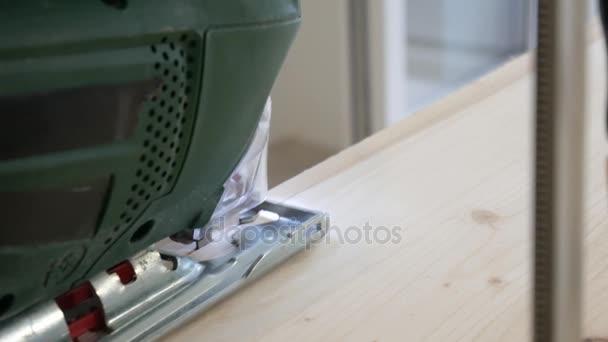 Detailní záběr tesař řezání dřevěných prken. Řezné panely s puzzle. Koncept manuální práce