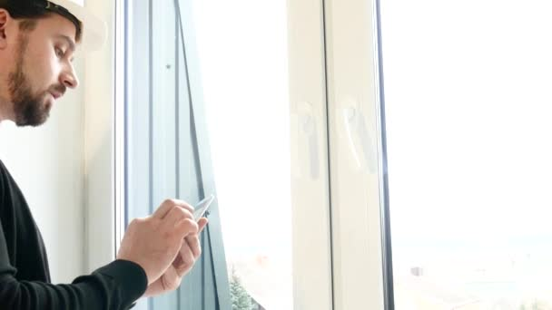 Bauunternehmer inspizieren Fenster und sprechen