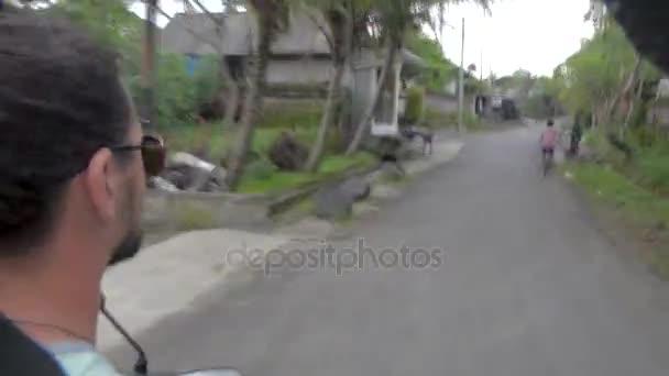 řízení motocyklu na tropické země silnici, first person pohled