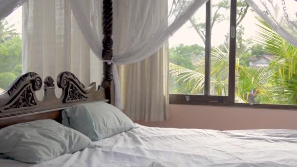 Krásná ložnice s nebesy v luxusní soukromé rekreační vily pronájem v deštných pralesů v Asii. Bali, Srí Lanka.