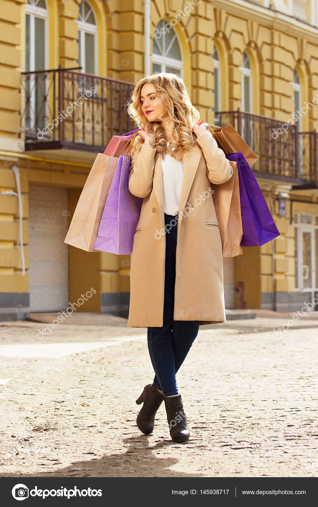1f62ac9e79 Přejeme vám příjemné nakupování — Stock · Krásná dívka procházky městem s  nákupy. Černý pátek nakupování — Fotografie od ...
