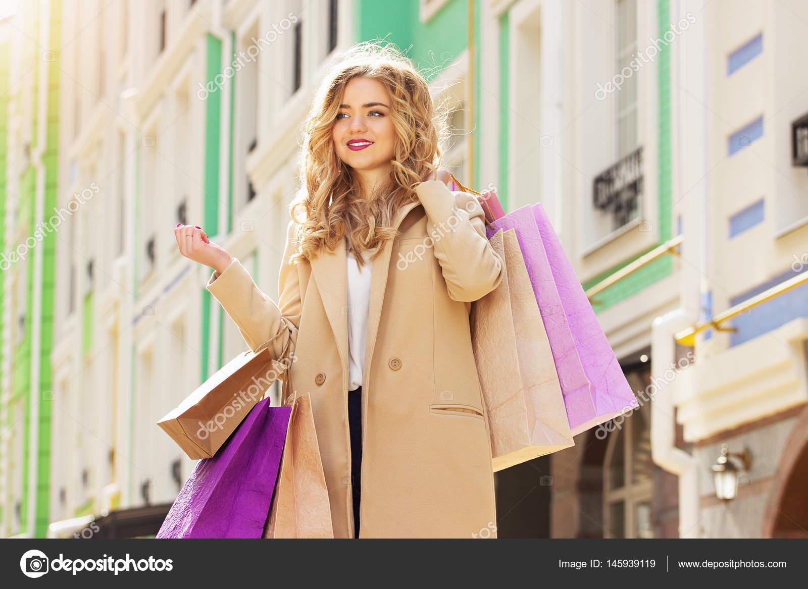 89234e83b4 Přejeme vám příjemné nakupování — · Krásná dívka procházky městem s nákupy.  Černý pátek nakupování — Fotografie od ...