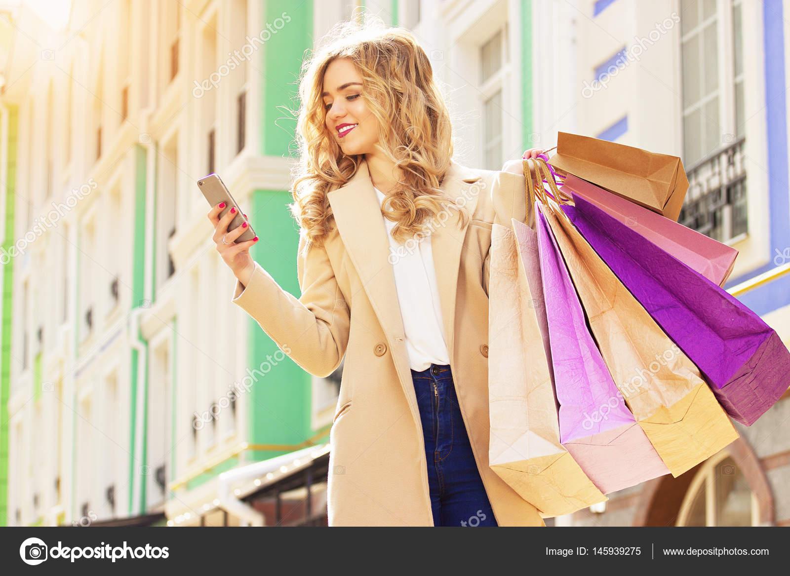 78b929c1a7 Přejeme vám příjemné · Krásná dívka procházky městem s nákupy. Černý pátek  nakupování — Fotografie od ...