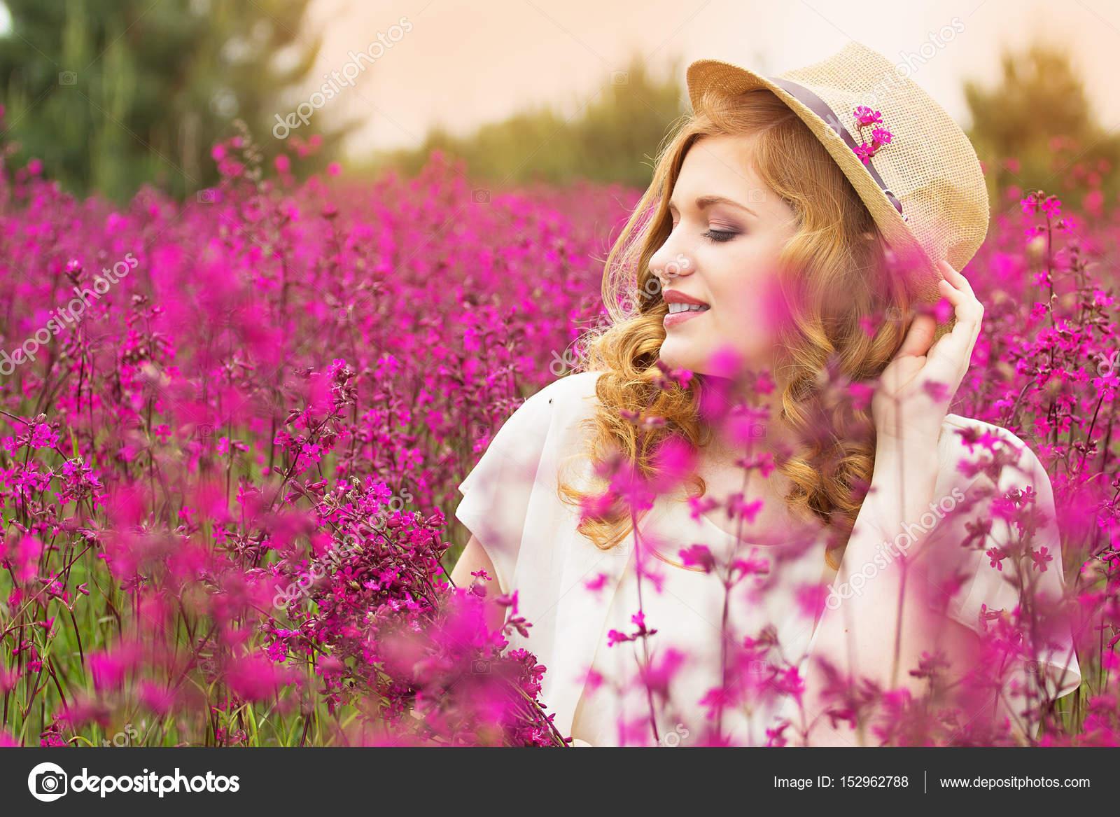 Perfil perfecto. Retrato de joven pelirroja atractiva muchacha ...