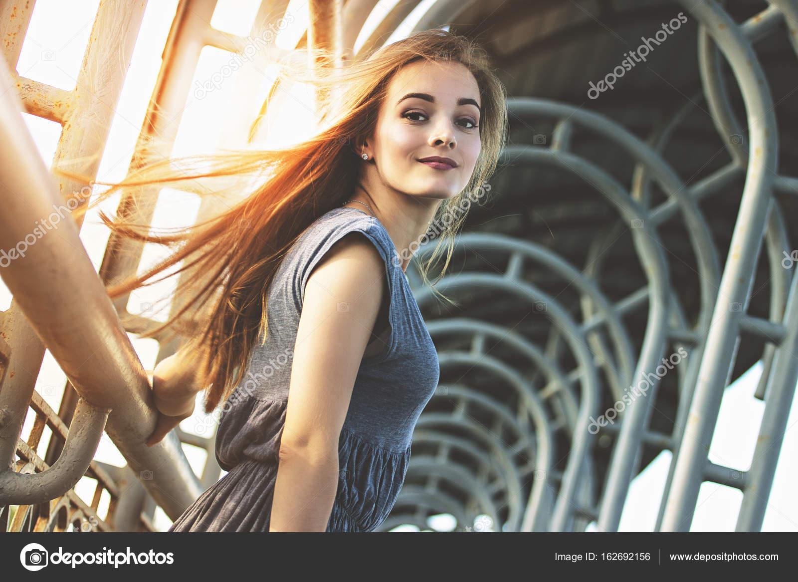 3315657470 Mujer elegante y encantadora posando al aire libre en la ciudad. Concepto  de moda urbana. Vida de la gran ciudad. Moda y bella mujer caminando en la  ciudad ...
