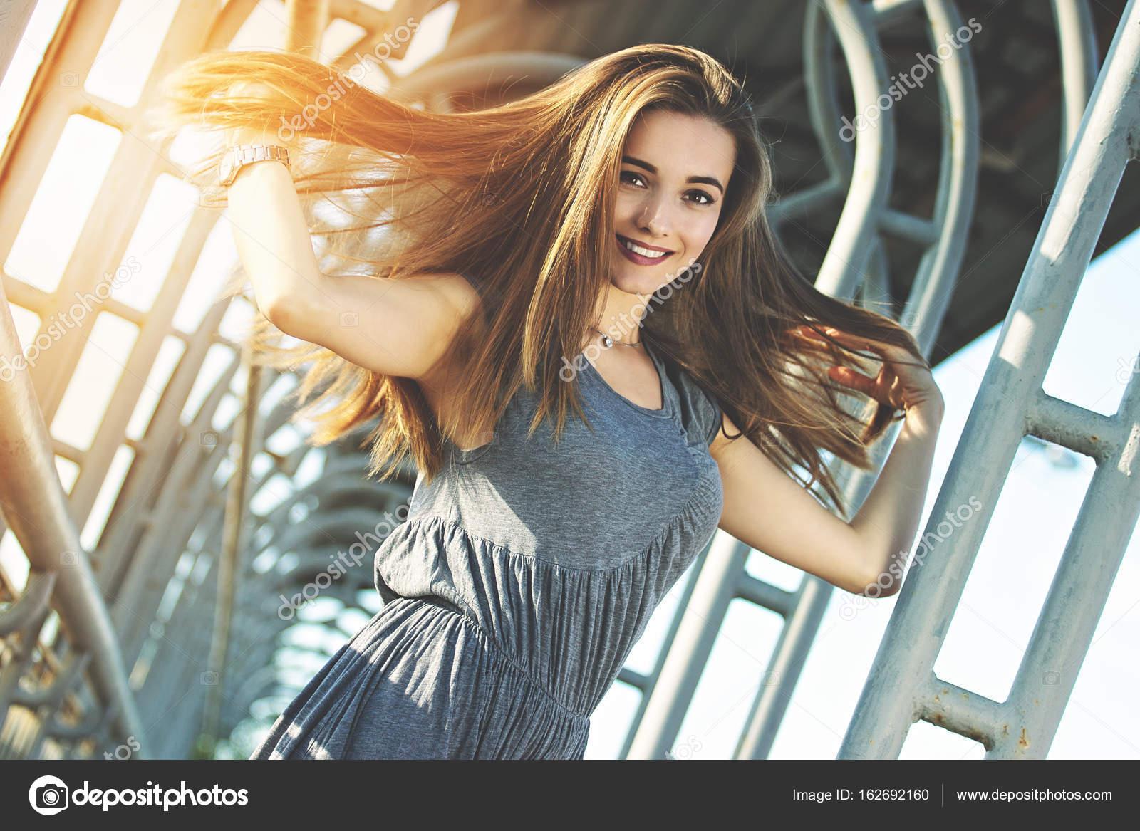 Mujer elegante y encantadora posando al aire libre en la ciudad. Concepto  de moda urbana. Vida de la gran ciudad. Moda y bella mujer caminando en la  ciudad ... e50aae604ee0
