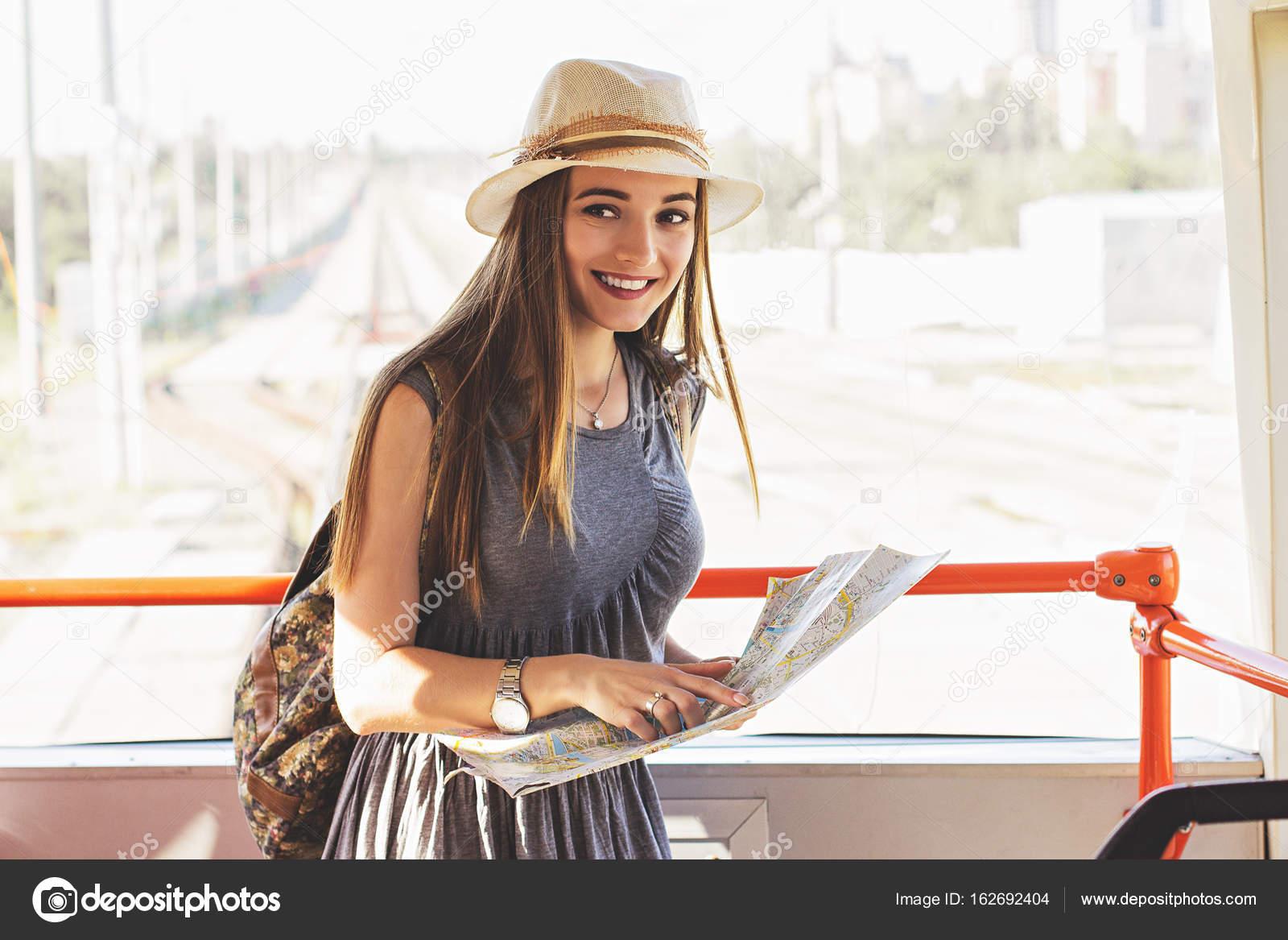 Tiempo de la aventura en la ciudad. Retrato de hermosa mujer joven ... 52dab7b5d96