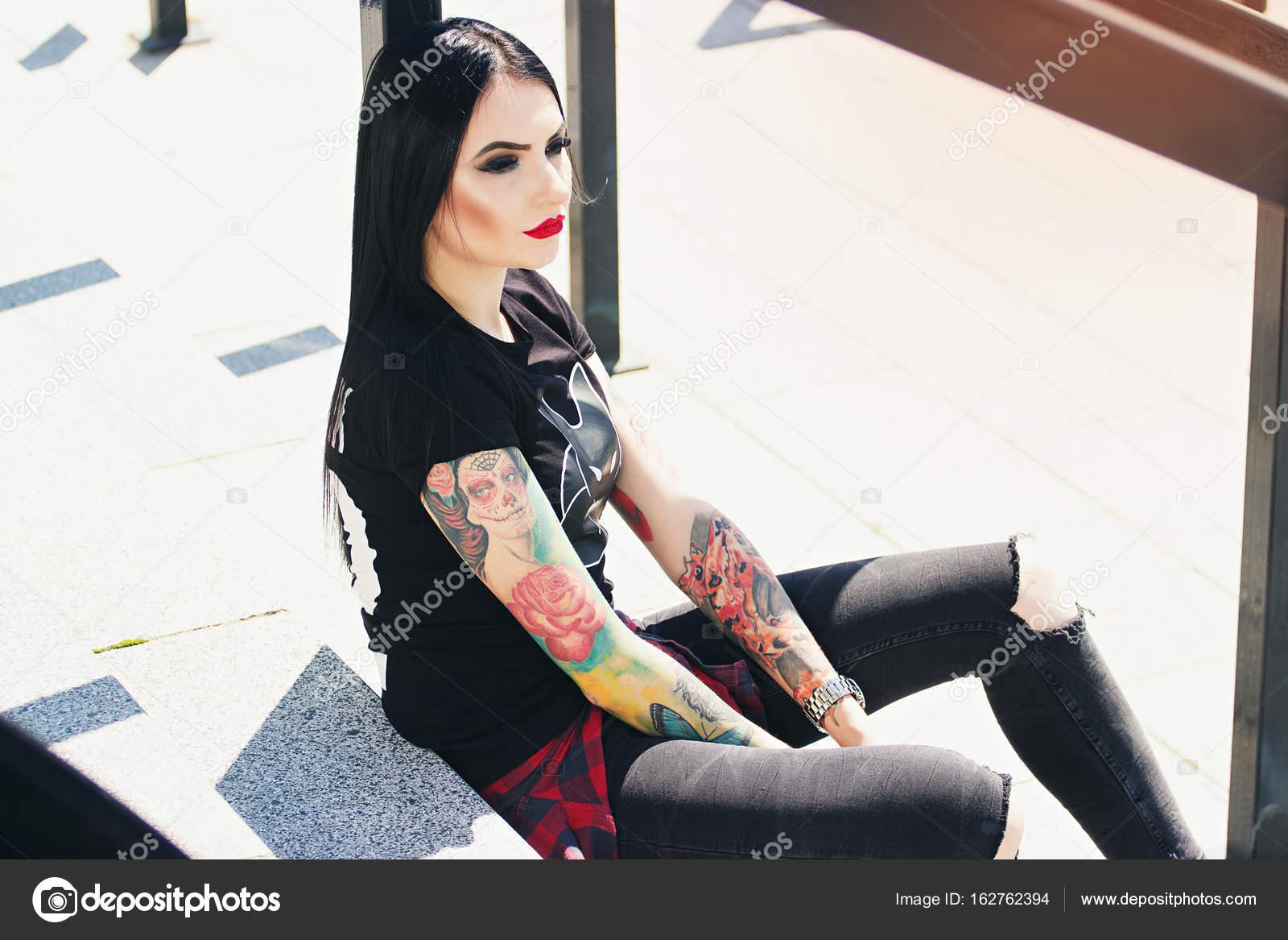 mode de tatouage portrait de jeune fille la mode hipster tatou avec des l vres rouges assis. Black Bedroom Furniture Sets. Home Design Ideas