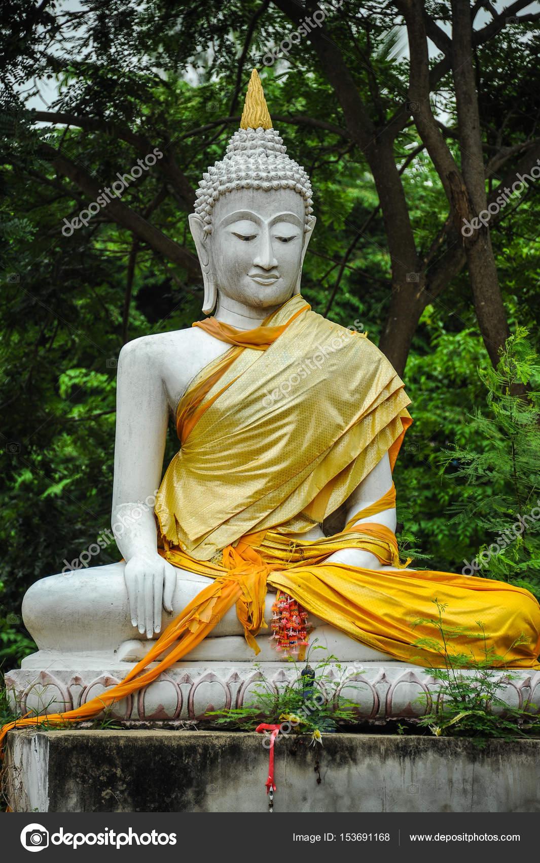 White Buddha Statue Im Garten Des Buddhistischen Tempel Stockfoto