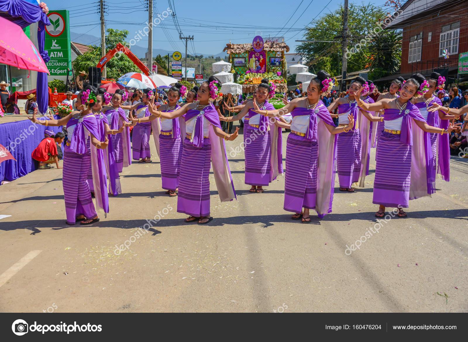 Mujeres indígenas con el tradicional traje morado bailando en trad ...