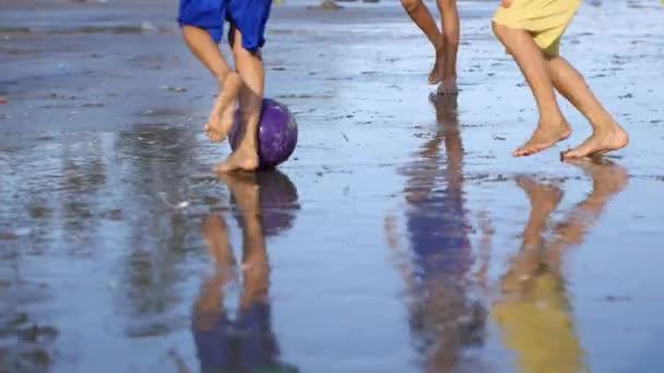 Hrát fotbal děti na pláži znečištěné odpadky a smetí