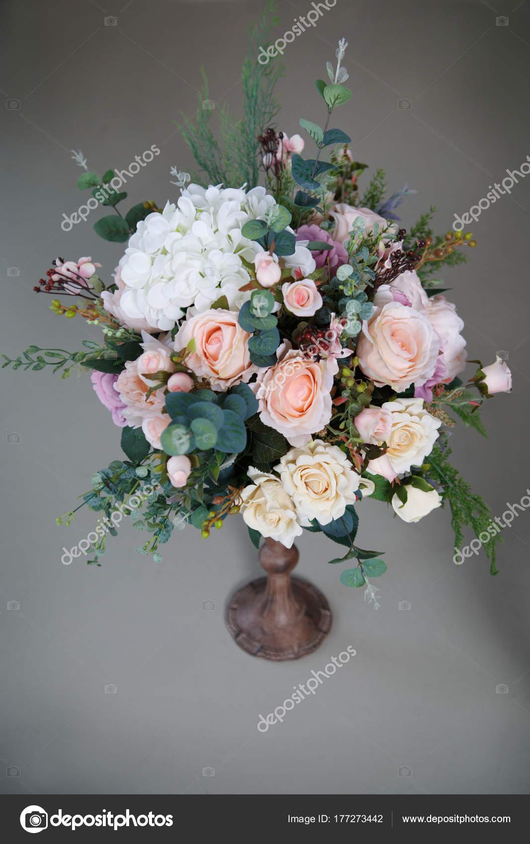 Elegante Arreglo Floral Con Rosas Hortensias Foto De Stock