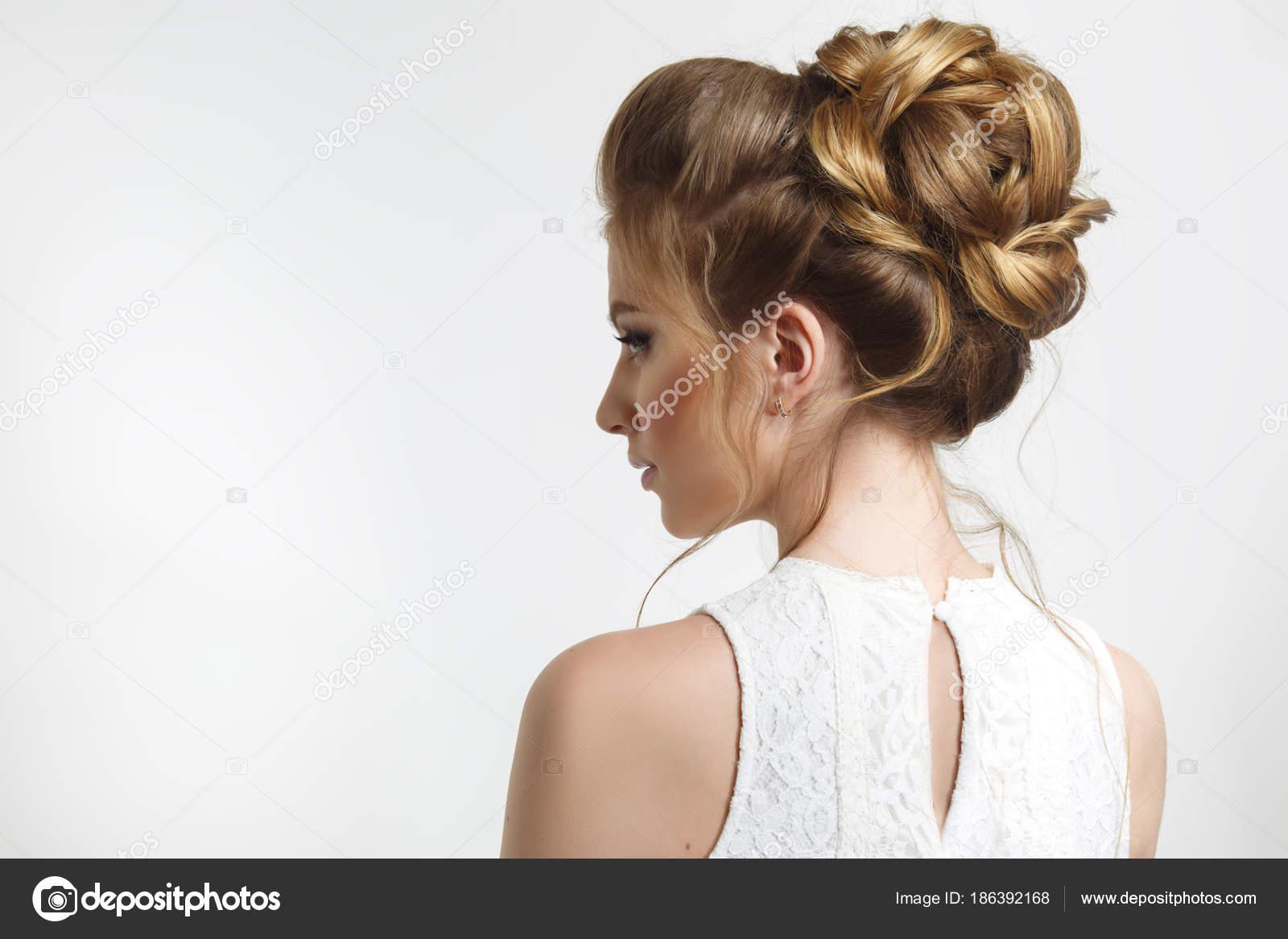 Fryzura ślubna Elegancki Pięknej Narzeczonej Profilu