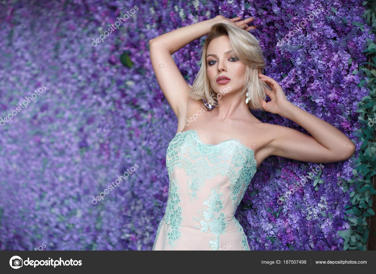 Retrato Mujer Rubia Sensual Vestido Cóctel Apoyarse Contra Pared ...