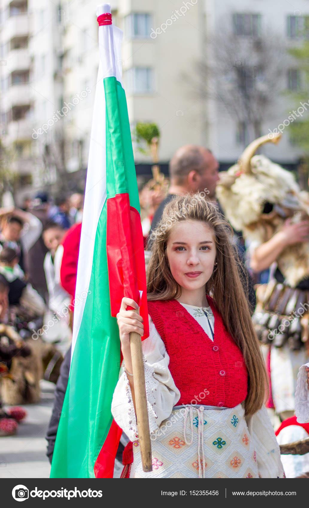 Varna, Bulgarie - avril 26.2017   un homme non identifié en costume  traditionnel de Kukeri e9e09485371