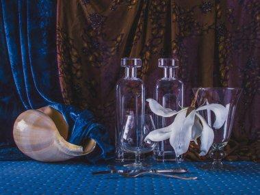 Masa cam ve büyük deniz kabuğu ile dekore edilmiştir. İç fragme
