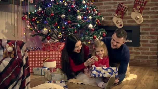Eltern Geben Geschenke Eine Tochter Zu Weihnachten Stockvideo