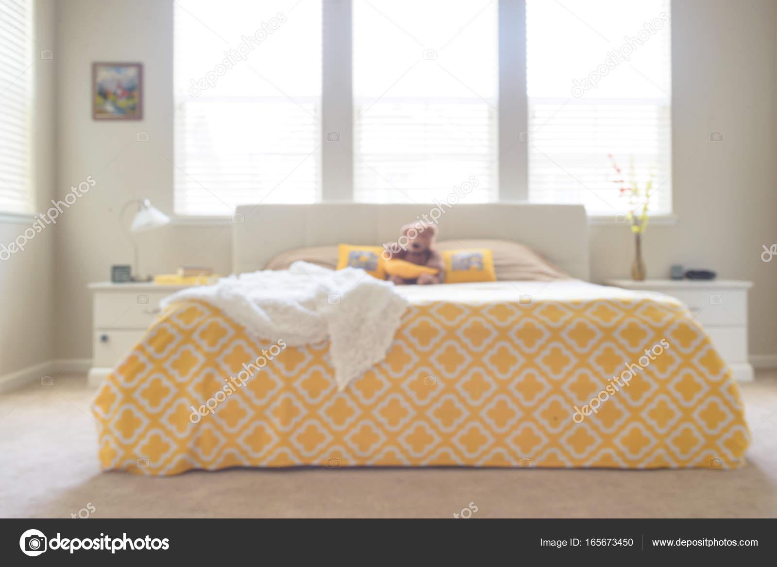 Verschwommene Sonniges Schlafzimmer In Weissen Und Gelben Farben