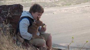 Fiú apple megosztja a kutya kint a naplemente