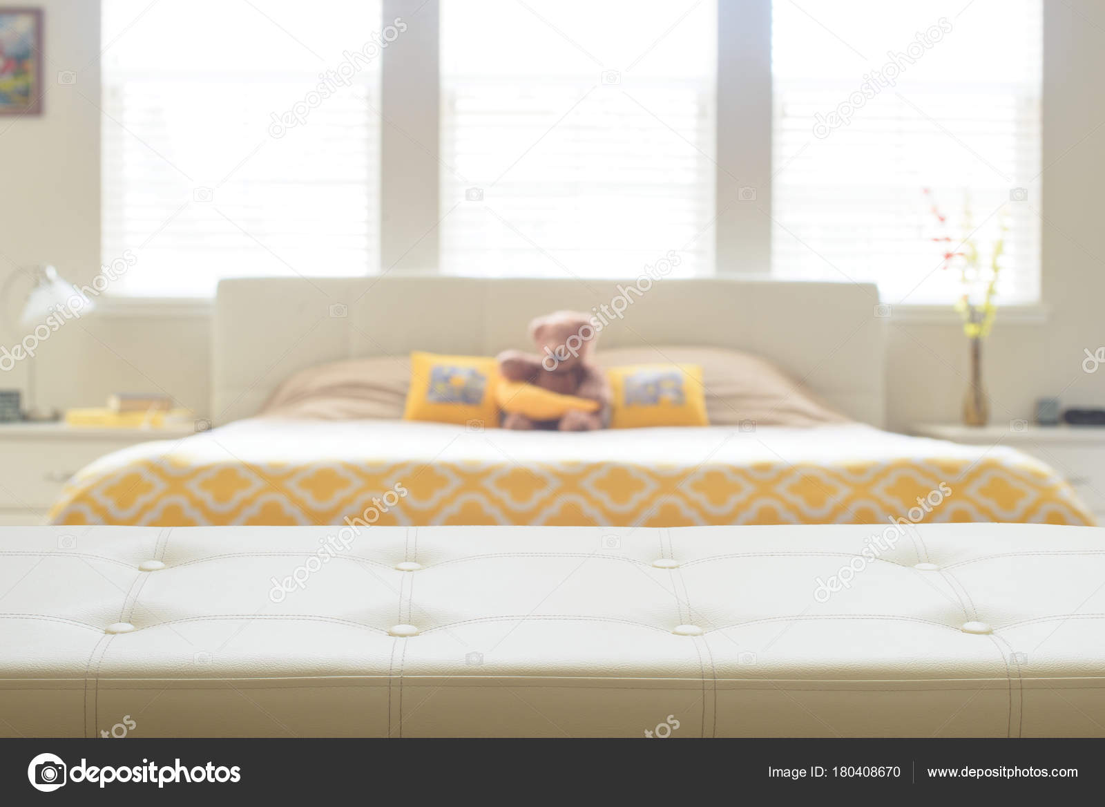 https://st3.depositphotos.com/4575657/18040/i/1600/depositphotos_180408670-stockafbeelding-beige-lederen-leeg-bankje-in.jpg