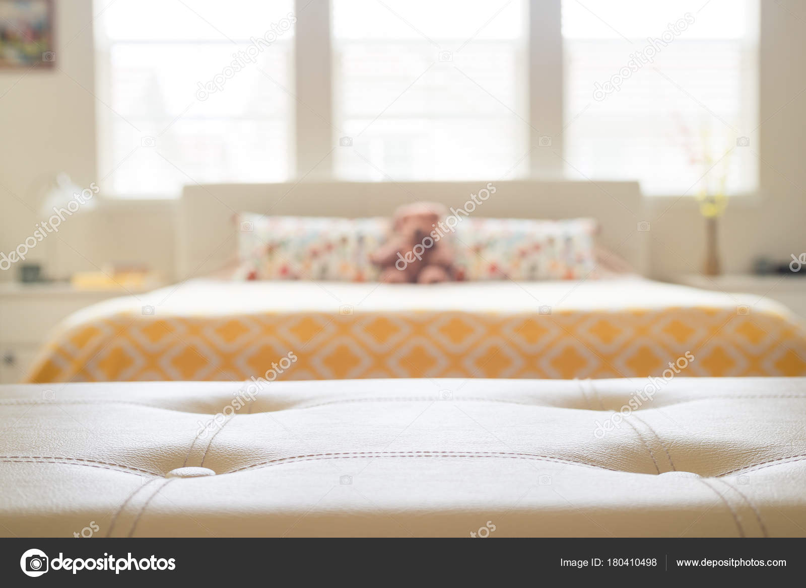 Witte lederen leeg bankje voor wazig slaapkamer — Stockfoto © Nuli-k ...