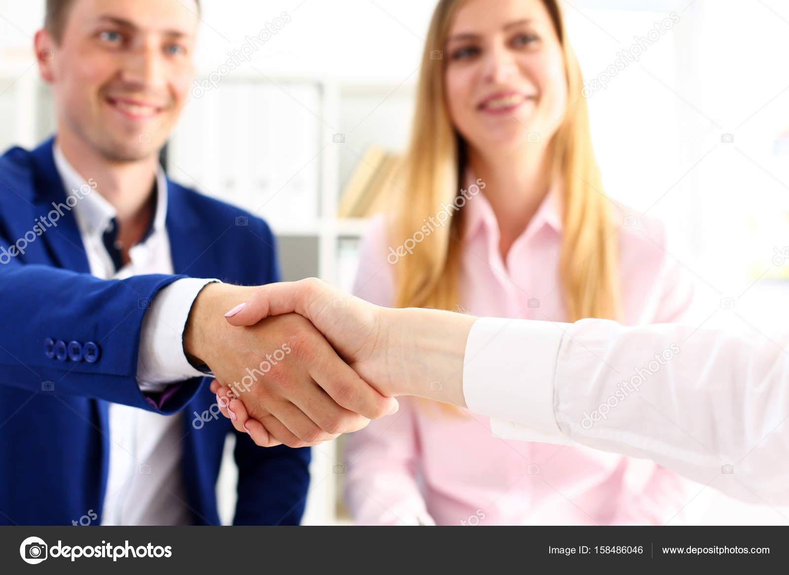 Ufficio Di Mediazione : Uomo vestito stringergli mano come hello primo piano ufficio amico