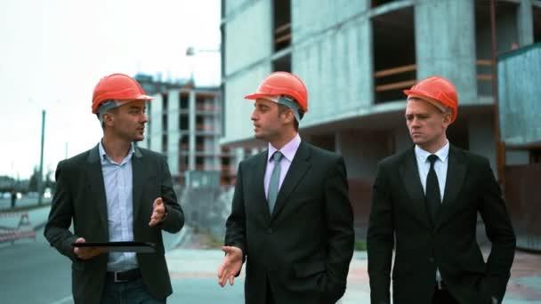 Tři architekti diskutovat o nově postavené budovy