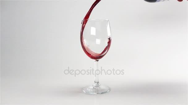 Klasické červené víno nalijte zpomalené