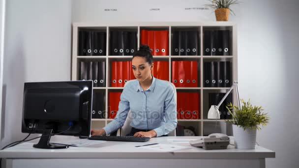 Podnikatelka, práce s počítačem stolní Pc