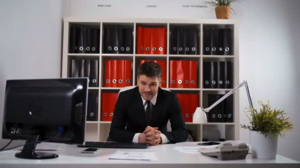 Portrét mladé šťastný podnikatel v úřadu