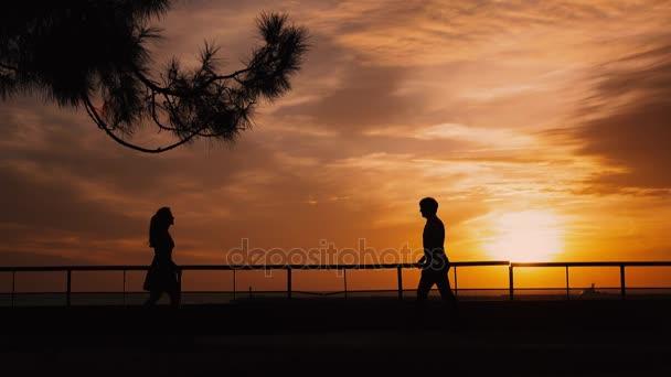 Silueta páru na pláž západ slunce