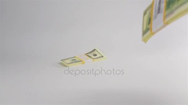 Balíčky dolarů na bílý povrch