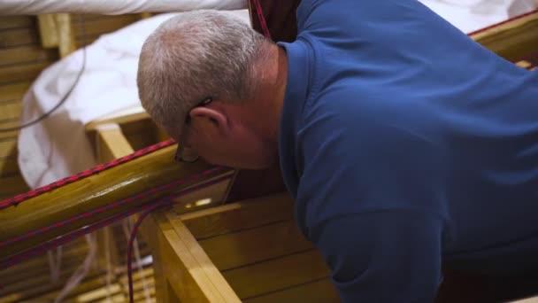 Zvládnutí práce s novou dřevěnou domácí lodí v dílně