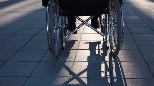 Zadní pohled na postižený člověk před moderního skla budovy pro obchodní nabídky
