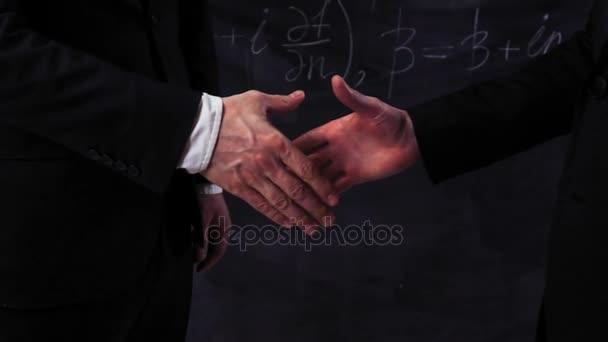 Dva vědci dělají handshake