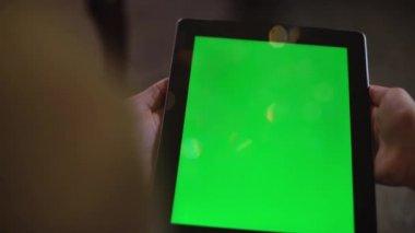 Pár podívat na zelené obrazovce iPadu na Štědrý den