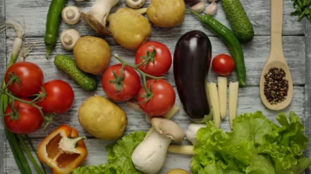 Recept knihy hodil na stůl s vegetariánské jídlo.