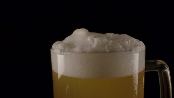 Chlazené pivo s bílou pěnou.