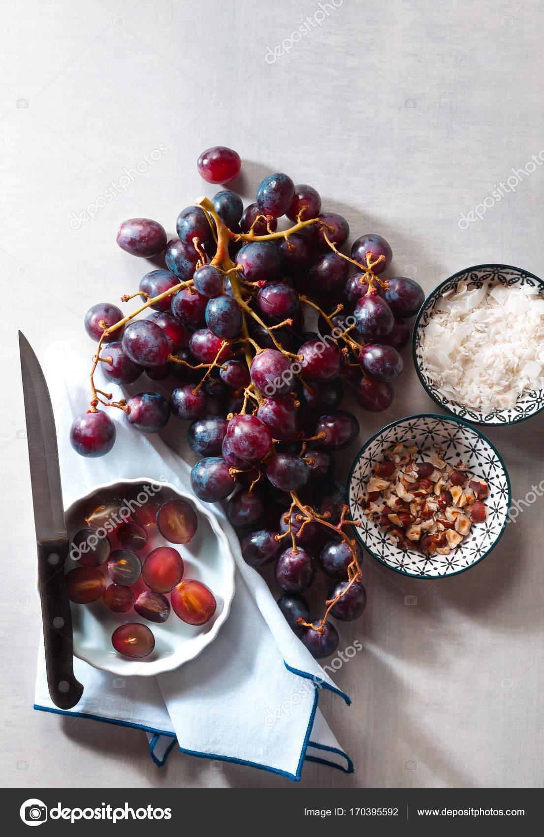 Zutaten Fur Vegane Kuchen Aus Trauben Und Kokosmehl Und Haze