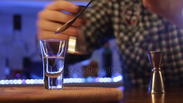 Barkeeper bereitet brennen alkoholische Cocktail. Herstellung von Hiroshima Bomber geschossen, Nahaufnahme