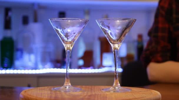 Luftfahrt-Cocktail. Barmans Hände mixen Cocktail, bereiten alkoholische Getränke zu, Nahaufnahme