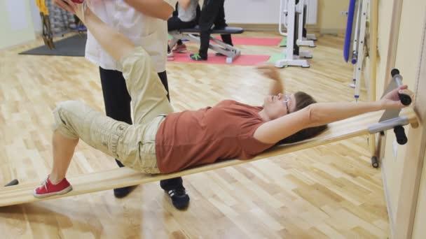 Fyzioterapeut, pomáhá postarší žena, dělat cvičení v rehabilitačním centru. Zdravé cvičení. Aktivní Senioři.