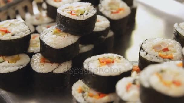 Tenger gyümölcsei sushi tekercs, lazaccal. Japán élelmiszer.