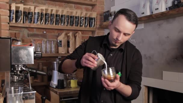 Barista így kávé latte art. Cappuccino tej öntés.