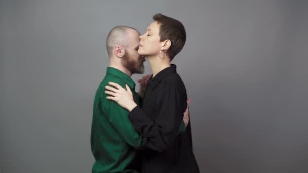 romantisches Paar tanzt auf grauem Hintergrund. Mann und Frau tanzen langsamen Blues. Sinnlicher Paartanz.