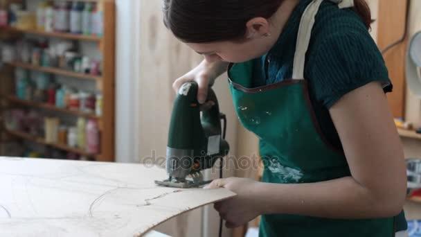 Koncentrované zaměstnankyně s nástrojem v dílně